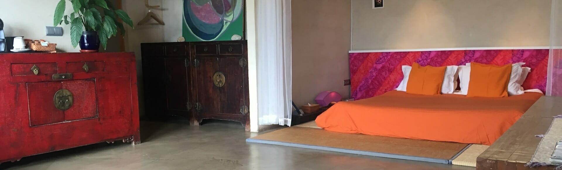 habitacion 2 cama mueble rojo